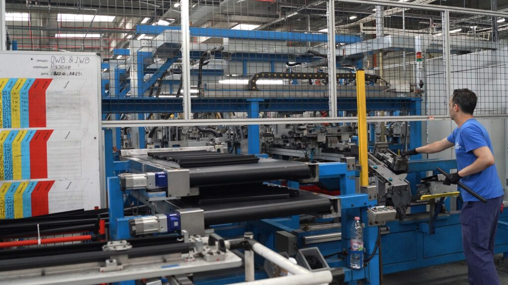 Daling productie industrie neemt iets af