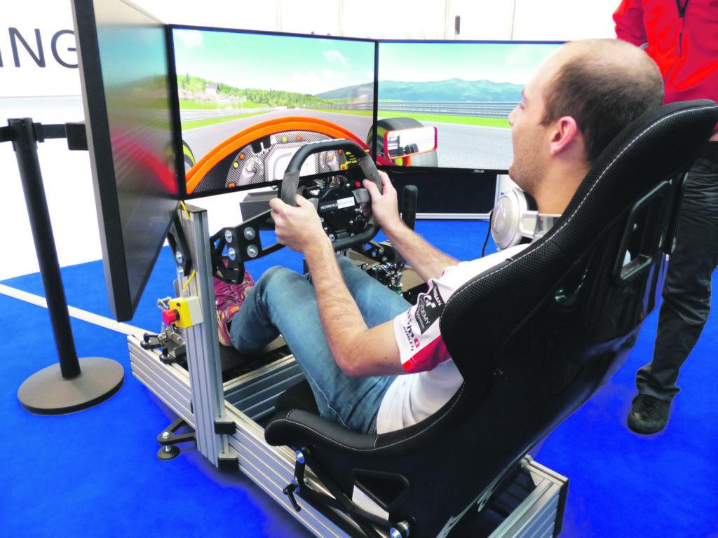 Professioneel simracen met hoogwaardige pedalen