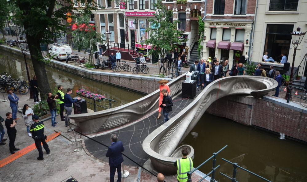 Koningin opent eerste 3D-geprinte stalen brug